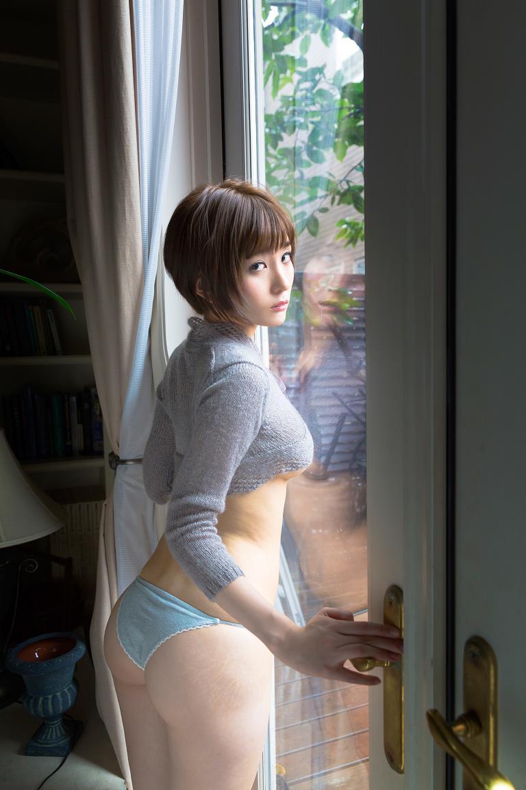 ミニスカート姿の朝比奈祐未さん
