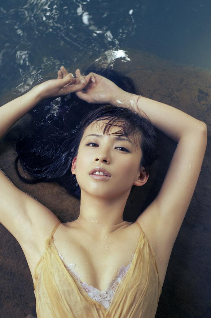 水辺に寝転ぶ水も滴るいい女の優木まおみ